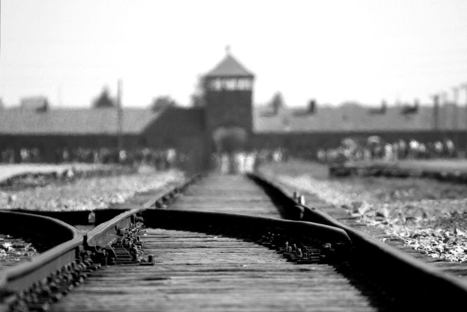 Auschwitz was een concentratiekamp in Nazi – Duitsland rondom de Poolse stad Oświęcim (in het Duits Auschwitz).Alhoewel iedereen slechte herinneringen heeft aan dit kamp, en dit volkomen logisch is, aangezien er vreselijke dingen zijn gebeurt, is de omgeving zo slecht nog niet rond het kamp. Zon 20 kilometer verderop liggen vele meren.Het is natuurlijk ook erg belangrijk dat mensen dit kamp...