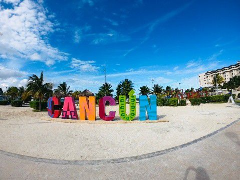 Cancun is a city in the far east of Mexico. The city has 526,701 inhabitants (census 2005) and is world famous as a tourist resort. From the 1960s, Cancun began to grow rapidly. Today, Cancun is a large city, most of which is located on the mainland. It is the largest city in Quintana Roo and the capital of the municipality of Benito Juárez.